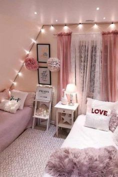Teen Bedroom Ideas For Girls: Cozy, Functional, Stylish, Cool Ho Ho Ho! Today I am sharing a teenage girl Christmas Bedroom along quick tips correspondingly you too, can make your own Holiday room for a special. Home Decor Bedroom, Awesome Bedrooms, Holiday Room, Small Room Bedroom, Christmas Bedroom, Small Bedroom, Trendy Bedroom, Dream Rooms, New Room