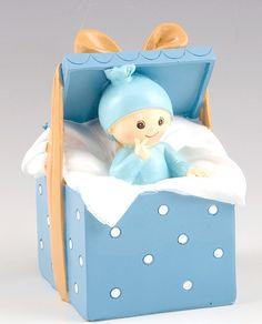 Figuras tarta bautizo. Figura hucha para pastel bebé niño dentro de cajita sorpresa. Medidas: 9 x 14,5 x 9 cm