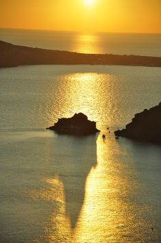 Sunset near Ammoudi, Oia, Santorini Beautiful Places To Visit, Beautiful World, Nature Pictures, Beautiful Pictures, Greece Islands, Long Shadow, Beautiful Sunrise, Great View, Natural Wonders
