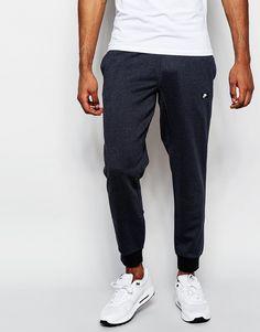 Jogginghosen von Nike Sweatshirt-Stoff Taillenbund mit Kordelzug Logoetikett Seitentaschen einzelne Gesäßtasche anliegende Bündchen Karottenschnitt enge Passform Maschinenwäsche 70% Baumwolle, 30% Polyester Model trägt Größe M und ist 188 cm/6 Fuß 2 Zoll groß Lieferantencode: 678558-060