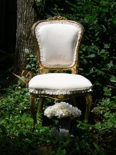 White and gold French country chair. - summer project for me :) French Country Chairs, French Country House, Swedish Style, French Style, French Decor, French Country Decorating, Photo Props, Photo Shoot, Victorian Chair