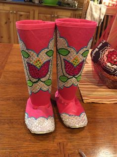 Pow wow tiny tot leggings and shoes. Native American Baby, Native American Patterns, Native American Beading, Native American Fashion, Indian Beadwork, Native Beadwork, Bead Embroidery Tutorial, Beaded Embroidery, Fancy Shawl Regalia