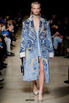 Guarda la sfilata di moda Miu Miu a Parigi e scopri la collezione di abiti e…