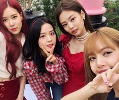 Want to know more about Blackpink girls' family members? Read about Jisoo, Jennie, Rose and Lisa, as well as about their mothers, fathers and siblings. Blackpink Jisoo, Kim Jennie, Kpop Girl Groups, Korean Girl Groups, Kpop Girls, Divas, Yg Entertainment, Girls Generation, Mode Kpop