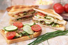 Eindeloos variëren kun je met een club Sandwich! Je kunt zalm, rosbief of kip gebruiken. Ik heb dit keer een sandwich met eiersalade en spek gemaakt!