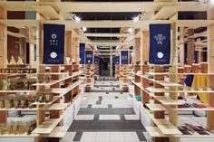 中村政七商店、吉野杉に見る 伝統産業のイノベーション | 月刊「事業構想」2016年8月号 Shop Interior Design, Retail Design, Store Design, Japanese Grocery, Japanese Modern, Fancy Houses, Outdoor Store, Retail Interior, Coffee And Books