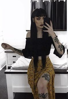 you can never have too many yellow items of clothing Curvy Outfits, Mom Outfits, Grunge Outfits, Summer Outfits, Fashion Outfits, Mode Alternative, Alternative Outfits, Alternative Fashion, Dark Fashion
