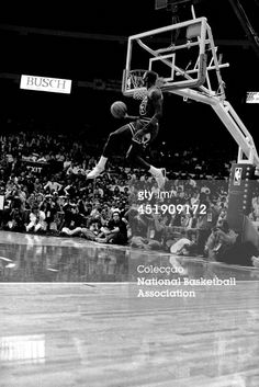 Fotografia de notícias : Michael Jordan of the Chicago Bulls attempts a...