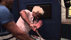 """Veja o encontro dos dois músicos famosos por suas ações como percussionistas. Aqui eles trocam idéias quando Ivo presenteia Carlinhos Brown com um repique com as duas marcas da bateria da Mangueira. """"Tem que respeitar meu tamborim"""" e """"Surdo um"""". Veja como foi a Resenha."""