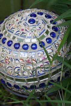 bowling ball mosaic garden art - DIY for Life Más Bowling Ball Crafts, Bowling Ball Garden, Mosaic Bowling Ball, Bowling Ball Art, Mosaic Garden Art, Mosaic Art, Mosaic Glass, Garden Spheres, Garden Balls