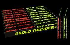 SOLO THUNDER 20ST. De Solo Thunder geeft eerst een rode of groene vlam waarna hij met een diepe dreun tot ontploffing komt! Er zitten 20 Solo Thunder's in een pakje, waarvan 10 stuks rood en 10 stuks groen. Artikelnummer:1009