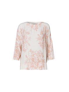 Enkelt snit med dekorativt blomsterprint, korte ærmer og feminin udskæring. Let og luftig top, der smyger sig om kroppen. Brug toppen til tætsiddende bukser eller jeans.
