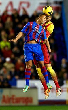 FC Barcelona, Piqué y El Zhar intentan llevarse el balón por alto.| Levante 1-1 FC Barcelona.
