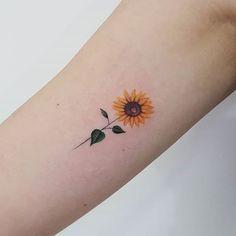 Girassol sunflower tattoo simple, small sunflower, sunflower tattoo d Sunflower Tattoo Simple, Sunflower Tattoo Shoulder, Small Sunflower, Sunflower Tattoos, Sunflower Tattoo Design, Mini Tattoos, Trendy Tattoos, Body Art Tattoos, Sleeve Tattoos