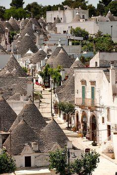 【アルベロベッロ】世界遺産にも登録されている南イタリアの街・アルベロベッロは、とんがり屋根に白壁の家「トゥルッリ」が並んでいます。 Trulli of Alberobello, Puglia, ItalyTravel Movies list that will inspire you to travel.☆☆☆☆☆ - Brasa Schlucht ~ is a colorful village …