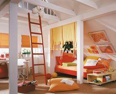 Kinderzimmer zum Toben und Spielen Balken und schräge Wände wurden beim Einrichten dieses Kinderzimmers bewusst mit einbezogen. Eine kleine Galerie unter dem Dachfirst fungiert als Höhle, ein Stützpfeiler begrenzt den praktischen Einbauschrank, der für Ordnung sorgt. Unter den Schrägen liegen platzsparend die Betten. Fröhliches Gelb und Rot sorgen außerdem für gute Laune. Und vorm Fenster ist noch ausreichend Platz für einen Schreibtisch.