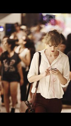 Taylor Swift listening to music on her iPhone Live Taylor, Taylor Alison Swift, Swift Photo, Michelle Dockery, Taylor Swift Pictures, Elizabeth Banks, Rachel Bilson, Leighton Meester, Blake Lively