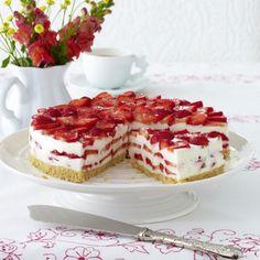 Erdbeer-Philadelphia-Torte Rezept  Für 12 Stücke      150 g   Löffelbiskuits       80 g   Butter       10 Blatt   weiße Gelatine       800 g   Erdbeeren       1   Limette       300 g   Doppelrahm-Frischkäse       125 g   Zucker       600 g   Buttermilch           Öl      1   großer Gefrierbeutel