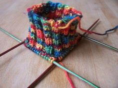 I like that yarn Crochet Cap, Hand Crochet, Crochet Hooks, Crochet Patterns For Beginners, Knitting Patterns, Sock Yarn, How To Dye Fabric, Knitting Socks, Knit Socks
