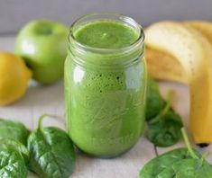 Deze gezonde groene smoothie met banaan, spinazie en appel is zó ontzettend lek… This healthy green smoothie with banana, spinach and apple is so incredibly tasty but also incredibly easy to make. Healthy Green Smoothies, Strawberry Smoothie, Fruit Smoothies, Smoothie Vert, Smoothie Detox, Best Smoothie Recipes, Healthy Recipes, Vitamine B12, Kiwi