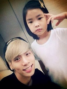 SHINee's Jonghyun and Tablo's daughter Haru pose for some SM-YG love | http://www.allkpop.com/article/2014/07/shinees-jonghyun-and-tablos-daughter-haru-pose-for-some-sm-yg-love