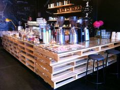 Pallet Bar - a smaller version could be a stylish kitchen counter! Coffee Shop Design, Cafe Design, Wood Design, Pallet Crates, Pallet Bar, Cafe Restaurant, Restaurant Design, Pallet Furniture, Furniture Plans