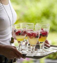 Mit Ingwer und Zitronengras wird die Beeren-Bowle aufgepeppt - ideal für die Sommerparty.