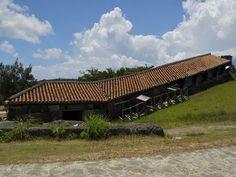 写真:2011年度のJIA(日本建築家協会)25年賞を受賞した読谷山窯。弟子たちの北窯を視野におさめる丘にどっしりと横たわる。二つの窯が建つ読谷村は、沖縄最古ともいわれる喜名(きな)焼の発祥の地でもある
