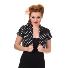 Bolero k šatům Banned Black Polka Krásné bolerko v bílé barvě s nadčasovým menším černým puntíkem - jako doplněk k šatům nebo k sukni s topem, pro chladnější rána či večery nebo pro dámy, co si chtějí zakrýt ramena či paže. Provedení podobné krátkému sáčku, podšité, materiál pevnější strečová bavlna, dobře drží tvar.