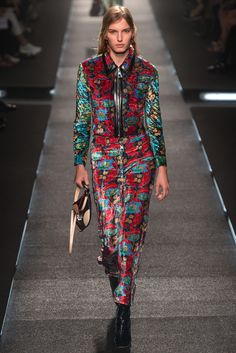 Louis Vuitton Spring at the Louis Vuitton Foundation, a space designed by Frank Gehry, Nicolas Ghesquière's spring-summer 2015 collection for Louis… 2015 Fashion Trends, 2015 Trends, Vogue Paris, Spring Fashion, Fashion Show, Fashion Design, Paris Fashion, Woman Fashion, Boho Fashion