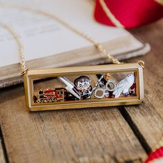 All aboard the Hogwarts™ Express! Let your style be transported to where all the magic happens when you add this Limited Edition Harry Potter Hogwarts Express Charm to your Living Locket®. Colar Harry Potter, Harry Potter Schmuck, Magie Harry Potter, Bijoux Harry Potter, Cadeau Harry Potter, Estilo Harry Potter, Cute Harry Potter, Harry Potter Decor, Harry Potter Wedding