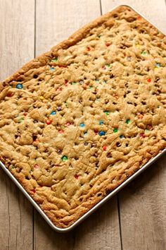 Chocolate Chip M&M Cookie Bars - 365 Days of Slow Cooking and Pressure Cooking - Backen Plätzchen - Chocolate Chip Chocolate Chip M&m Cookies, Chocolate Chip Recipes, Cooking Chocolate, Chocolate Ganache, Chocolate Bowls, Chocolate Chips, Köstliche Desserts, Delicious Desserts, Dessert Recipes