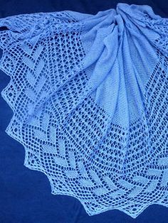 Das Tuch *Colette* wird von der einen Spitze zur anderen Spitze gestrickt. Strickanleitung mit Strickschrift.  Größe: ca. 65 x 175 cm  Schwierigkeitsgrad: 2-3 (1 leicht – 5 schwer)