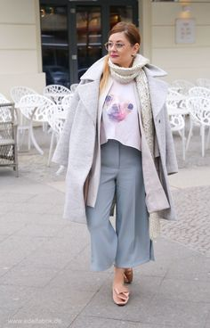 Ein Look in Eisfarben. Pastell Outfit im Winter, Berlin Streetstyle  #zara #culotte #eggshape #chiwawa #pantoffeln #schuhemitschleife #h&M #zaraculotte #hmpantolette #over40style #Ü40mode #Ü40blog #over40blog #fashionover40 #40plusstyle #ü40 #mature #maturewoman #womenwithstyle #ü40blogger #ü40bloggerin #over40fashion #over40andfabulous #over40fashionblogger #40plus #40plusblogger #40plusfashion