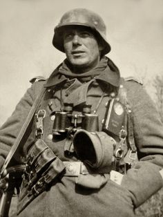 A German soldier laden with gear, via Jedem das seine. Note that he is carry an early MP38 submachine gun with its characteristic ribbed receiver, and a spare three-magazine pouch.