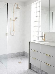 Grey terrazzo floors and white walls for a peaceful bathroom look. Terrazzo inspiration for home interiors and redecoration ideas. Interior Design Hd, Bathroom Interior Design, Home Interior, Interior Modern, Minimal Bathroom, Modern Bathroom Design, White Bathroom, Glitter Bathroom, Black Bathrooms