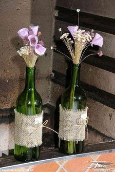 Garrafa decorada juta Burlap Crafts, Diy And Crafts, Centerpiece Decorations, Wedding Decorations, Wine Bottle Design, Bottles And Jars, Bottle Art, Creative Decor, Planting Flowers