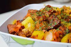 gezonde roerbak maaltijd met chorizo  1 chorizo worst 2 uien 400 gram wortel 1 paprika 1 kippenbouillonblokje 4 sneetjes mais of speltbrood 2 el knoflook 2 el koriander
