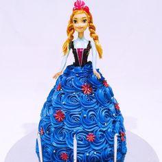 Frozen Anna Doll, Frozen Doll Cake, Elsa Doll Cake, Kids Birthday Themes, Birthday Cake Girls, Birthday Cakes, 4th Birthday, Birthday Parties, Frozen Party Cake