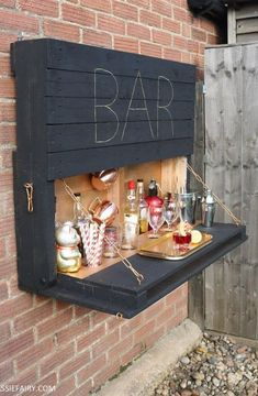 How to DIY a light-up outdoor bar using pallets & solar fairy lights . - How to DIY a light-up outdoor bar using pallets & solar fairy lights Ausklappbare Bar au - Bar Pallet, Outdoor Pallet Bar, Pallet Benches, Pallet Couch, Pallet Tables, Concrete Bar Top, Concrete Patio, Solar Fairy Lights, Garden Fairy Lights