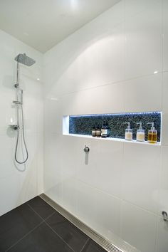 Dusche Bodengleiche mit Ablaufgitter, Ablage mit LED Beleuchtung, Wandfliesen weiß, Bodenfliesen anthrazit, led strip in shower                                                                                                                                                      More