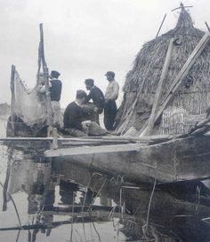 ψαράδες στην Κάρλα.1953 φωτ.Τάκης Τλούπας