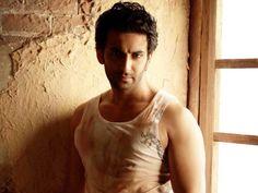 Ce nu stiai despre actorii din Dragoste si ura | National TV - mai ceva ca-n viata! Mai, Bollywood, Indie, Tank Man, Film, Mens Tops, Fashion, Movie, Moda
