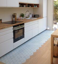 Carreaux de ciment - motif Safi, tout en fraîcheur et délicatesse, dans cette cuisine baignée de lumière ! ♥♥♥ www.bahya-deco.com