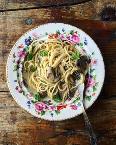Spaghetti al funghi with cream garlic dry sherry butter olive oil parsley. See my piece on winematching with pasta on @winetrust.100 http://ift.tt/2o3NhzP with this sauce I'd match it with Chardonnay or Pinot noir or barbera #wine #food #pasta #recipe #italy #spaghetti #carbs
