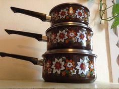 Retro Enamelware midcentury saucepan set by MonaBellsVintage