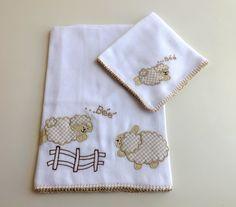 Jogo de babitas bordadas e acabamento em crochê. <br> <br>Tamanho: Babita - 32 x 32 cm; Fralda - 67 x 67 cm <br> <br>Tecido: Fralda Cremer Luxo - 100% algodão