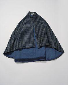 Schoudermantel van visventster, Arnemuiden. Met wol gevoerde korte cape van bedrukte katoen. De cape werd omstreeks 1850 gedragen door een visventster. #Zeeland #Arnemuiden