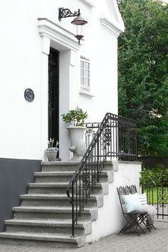 Home exterior garden entrance Ideas Front Door Steps, Porch Steps, Garden Entrance, House Entrance, Amazing Buildings, Stone Houses, Facade House, Backyard Patio, Home Fashion