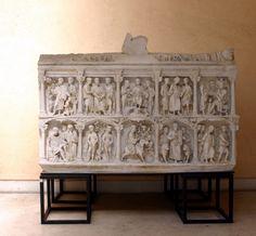 El Sarcófago de Junio Basso es un sarcófago paleocristiano de mediados del siglo IV d. C., encontrado y conservado en Roma.Elegí esta obra porque me llamó la atención  del conjunto de que las doce pequeñas columnas dividieran las diez escenas del Antiguo y Nuevo Testamento